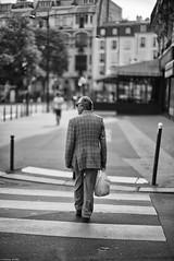 La traversée de Paris (Mathieu HENON) Tags: leica m240 noctilux 50mm france paris noirblanc blackwhite monochrome street traversée 14ième