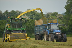 John Deere 8600 SPFH filling a Kane Halfpipe Trailer drawn by a New Holland TM155 Tractor (Shane Casey CK25) Tags: john deere 8600 spfh filling kane halfpipe trailer drawn new holland tm155 tractor nh cnh blue newholland self propelled forage harvester jd green mitchelstown pit silage silage2017 silage17 grass grass2017 grass17 2017 17 winter feed fodder winterfodder farm farmer farming agri agriculture contractor work working land field coes cattle county cork ireland irish machine machinery power horse hp horsepower crop chopper traktori tracteur traktor trekker trator ciągnik cutting nikon d7100 pulling pull