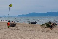 Pouštění draků na pláži (zcesty) Tags: vietnam11 pláž moře loď děti drak domorodci vietnam dosvěta quảngnam vn