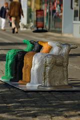 Lämmer (Rüdiger Stehn) Tags: 2017 2000er 2000s europa deutschland norddeutschland schleswigholstein innenstadt stadtmitte stadt canoneos550d kiel kielaltstadt strase plastik figur dekorationsfigur