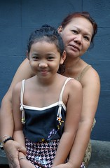 cute girl with grandmother (the foreign photographer - ฝรั่งถ่) Tags: dscoct312015sony cute girl child grandma grandmother sitting bench khlong thanon portraits bangkhen bangkok thailand sony rx100