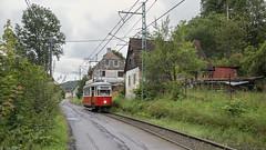 Proseč nad Nisou by Tim Boric - De interlokale tramlijn van Liberec naar Jablonec nad Nisou is de afgelopen jaren voor een flink deel vernieuwd. Het middelste stuk door het dorp Proseč kwam nog niet aan de beurt. Het doet denken aan de manier waarop de NMVB tramlijnen traceerde.  Trams van dit type MT6 hebben jarenlang gereden in Liberec, Jablonec en op deze verbindingslijn. Ze werden begin jaren '50 voor diverse metersporige trambedrijven gebouwd, merendeels door de Tatra-vestiging in Česká Lipa. Eén exemplaar bleef behouden en is door de Boveraclub, een plaatselijke vereniging, gerestaureerd  The interurban tram line from Liberec to Jablonec has largely been renovated over the past years. Only the central part of the line through the village of Proseč has still to be dealt with.  These MT6 type trams operated during many years in Liberec, Jablonec and on the connecting line between the two cities. They were built in the early 1950s for a number of metre gauge networks, mostly by the Tatra branch in Česká Lipa. One of them is preserved by the local Boveraclub and operates occasionally in Liberec or on the interurban line