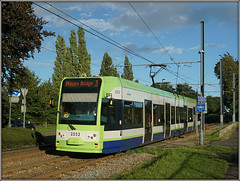 Tramlink 2552, Addington (Jason 87030) Tags: tramlink tramway rails sky weather clouds lighting nice addington kent surry uk 2552 3 green blue wheels wires electric overhead august 2017 sony ilce alpha a6000 lens flickr lodgelane crossing spot shot scene newaddington interchange transportation phippsbridge wimbledon transport