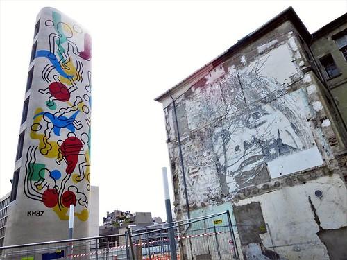 1 shot, 2 heroes / #Art by #KeithHaring & #Vhils. #paris #streetart #graffiti #urbanart #graffitiart #urbanart_daily #graffitiart_daily #streetarteverywhere #streetart_daily #wallart #mural #ilovestreetart #igersstreetart #streetartparis #msaparis #thepar