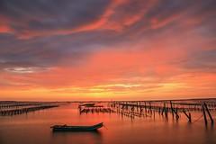 七股觀海樓的夕色(Sunset @ Cigu lagoon)。 (Charlie 李) Tags: 2470mm 5d3 canon 內海 潟湖 蚵田 夕色 台灣 台南市 七股 sea oysterfield clouds taiwan tainancity cigu sunset