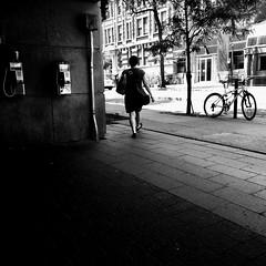Il y a encore quelqu'un dans la ville... (woltarise) Tags: montréal stm métro station berriuqam passante téléphones publics streetwise