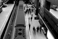 Autómatas (CrisFotografia.cl) Tags: subte urban streetphotography blancoynegro blackandwhite subway metro calle street byn bw monochrome monocromático santiago chile nikon d610 2485