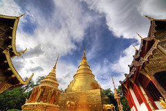 The sky over Wat Chedi Luang (Robyn Hooz) Tags: temple wat chedi luang watchediluang gold buddah tempio chiangmai clouds nuvole