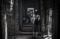 inside (David Ruiz Luna) Tags: taprohm temple angkor siemreap cambodia camboya siemriep ruins unesco worldheritage laracrofttombraider film película khmer templo patrimoniodelahumanidad archaeological arqueológico khmerempire asia viaje trip travel southeastasia suresteasiático indochinapeninsula penínsuladeindochina turismo touring tourism touraroundtheworld khmertemple jemer complejoarquitectónico architecturecomplex monument history atracciónturística touristsites cultura culture monumentoshistóricos historicalmonument girl chica woman mujer people