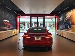 Tesla - Showroom Chicago (dirklie65) Tags: tesla electric elektroauto auto showroom chicago skokie old orchard red rot symmetrie symmetry model s vehicle
