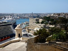 View on Valletta waterfront from Upper Barrakka gardens (Linda DV (away)) Tags: lindadevolder lumix travel europe geotagged geomapped 2017 malta island valletta sliema mediterraneansea ribbet