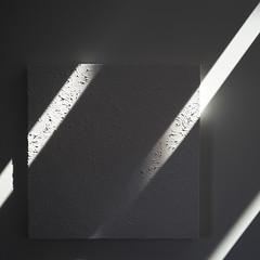 broadrays (zeh.hah.es.) Tags: licht schatten light shadow weiss white grau grey gray diagonal painting quadrat square gemälde wand wall lichtstrahlen raysoflight drei three zehpunkt zehhahes