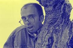 3633-ALBERTO (Junio, 1993) (Eduardo Arias Rábanos) Tags: retrato portrait hombre man gafas glasses mirada look humor humour eduardoarias eduardoariasrábanos retratomasculino maleportrait bn byn blancoynegro noiretblanc biancoenero blackwhite bw virado coloreado color colored colour nikon f401