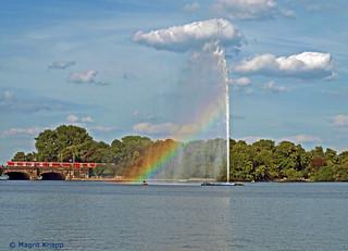 Fontäne küßt die Wolke und zaubert einen Regenbogen