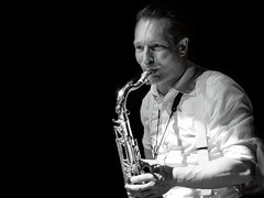 Saxo (Antonio Goya) Tags: instrumentos instrument saxofon saxo musica concierto blancoynegro blackandwhite bn bw man sexy one olympus omd dng xataca dzoom zaragoza españa spain indoor