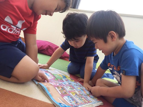 We learn and discover new things from one another! お友だちからも色々学べるのが楽しそうです😊 . Star Kids International Preschool, Tokyo. #starkids #international #preschool #school #children #kids #kinder #kindergarten #daycare #fun #shibakoen #minatoku #tokyo #japan #