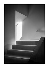 Llum en el racó / Light in the corner (ximo rosell) Tags: ximorosell bn blackandwhite bw blancoynegro llum luz light buildings arquitectura architecture abstract abstracció stairs
