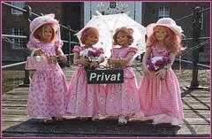 Warten auf den Gastgeber ... (Kindergartenkinder) Tags: schlossanholt dolls himstedt annette park kindergartenkinder sommer wasserburg personen isselburg garten annemoni margie sanrike tivi
