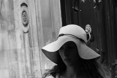 Elegante (thierry_meunier) Tags: italie italy lapuglia lespouilles animal blackandwhite capello chapeau city dog donna face femme hat noiretblanc portrait rue street travel ville visage voyage woman