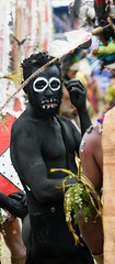 black man whit rings round eyes (kthustler) Tags: goroka singsing papuanewguinea tribes huliwigmen mudmen
