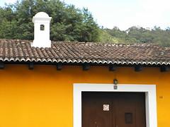 Casa ocre (Alveart) Tags: guatemala suramerica southamerica latinoamerica latinamerica centroamerica centralamerica alveart luisalveart antigua barroco ultrabarroco olympus unesco worldheritage patrimoniodelahumanidad colonial sacatepequez santiagodeloscaballeros calicantoguatemala
