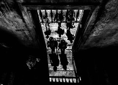 Sombras (por agustinruizmorilla) Tags: people old architecture building shadows portugal abbey arcades castello midday coimbra archway arco cloister manueline byzantine portico bw university morilla ruiz agustin
