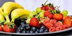 Natural Power ... (Günter Hentschel) Tags: obst gesund vitamine gelb rot blau banane erdbeeren beeren indoor flickr hentschel nikon nikond5500 d5500 deutschland germany germania alemania allemagne europa nrw lebensmittel