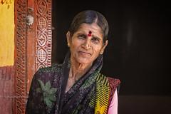 PATTADAKALL : PORTRAIT DE FEMME (pierre.arnoldi) Tags: inde india pierrearnoldi photographequébécois karnataka pattadakall photoderue portraitdefemme portraitsderue photooriginale photocouleur