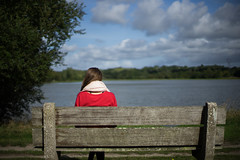 Patience Fausta (Verstoli) Tags: love feelings amour rouge banc france nature nantes lac eau wate water girl fille dos