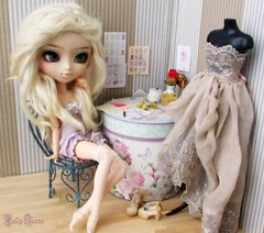 L'Atelier De Pearl H. (Little Queen Gaou) Tags: sewing couture doll photography photographie diorama dollhouse groove pullip taeyang scene vintage shabby old inspiration