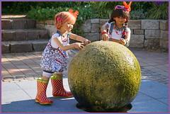 Hier wird das Wasser gekugelt ... (Kindergartenkinder) Tags: sommer sanrike blumen personen grugapark essen kindergartenkinder garten blume park annette himstedt dolls kindra
