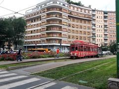 il 19 (Aellevì) Tags: milanolambrate piazzabottini viapacini stazione binari prato strisce attraversamento angolo rosso cespugli passeggeri 23 aellevì