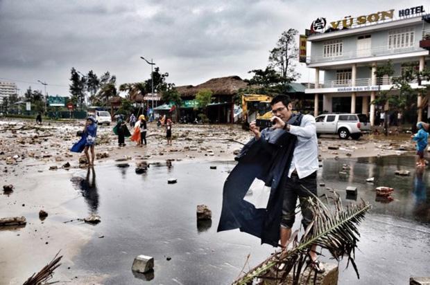 [ẢNH] Bão số 10 vào bờ: Bãi biển Sầm Sơn tan hoang trong sóng dữ - Ảnh 12.