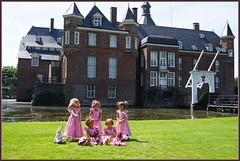 Kindergartenkinder besuchen Schloss Anholt ... (Kindergartenkinder) Tags: sommer kindergartenkinder park annette himstedt dolls sanrike milina tivi annemoni schlossanholt isselburg wasserburg leleti margie