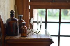 Frascos (Márcia Valle) Tags: stilllife naturezamorta decoração decor arranjo home house frascos bottles velas castiçal janela window candles márciavalle nikon d5100