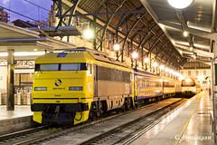 València Nord (ɢ. ʙᴇʀᴇɴɢᴜᴇʀ [ ō-]) Tags: 269 269604 valencia valencianord renfe aafm gatomontés locomotora railway railroad ffcc station noche locomotive