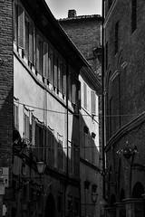 In den Gassen Sienas (Nikonfotografie) Tags: nikond7100 nikon lichtundschatten lampen urlaub italy italien tuscany toskana blackandwhite bnw bnwphotography sw gassen siena