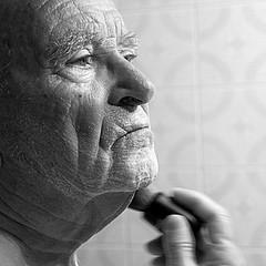 El afeitado de papá (mike828 - Miguel Duran) Tags: papa afeitado afeitar dad shave shaving people black white blanco negro sony slt a77v carl zeiss vario sonnar 1680mm alpha