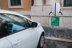 Ladestation für Elektrofahrzeug in Rom, Italien (marcoverch) Tags: roma lazio italien it car auto vehicle fahrzeug noperson keineperson transportationsystem transportsystem offense angriff street strase business geschäft outdoors drausen travel reise industry industrie pollution verschmutzung environment umwelt police polizei road accident unfall building gebäude urban städtisch competition wettbewerb safety sicherheit power leistung ladestation elektrofahrzeuge rom candid spring airport baby australia noiretblanc flickr usa cathedral halloween