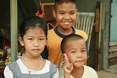 neighbors (the foreign photographer - ฝรั่งถ่) Tags: two boys girl peace sign khlong thanon portraits bangkhen bangkok thailand canon kiss