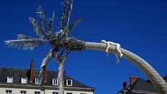 La terre où les arbres rêvent (vebests) Tags: sculpture streetart laurentpernot artdelarue placeroyale nantes loireatlantique france levoyageànantes2017 cocotier architecture arbre ciel