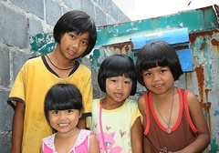smiling girls (the foreign photographer - ฝรั่งถ่) Tags: four smiling girls children khlong thanon portraits bangkhen bangkok thailand canon kiss