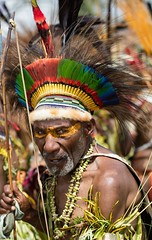 old man with bow (kthustler) Tags: goroka singsing papuanewguinea tribes huliwigmen mudmen