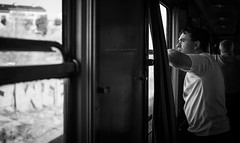 Con el viento en la cara. (Batide Machado) Tags: tren felipeii felipe madrid elescorial comunidaddemadrid train trainstop estación ventana window portrait byn bw blancoynegro monocromo monocromático