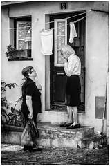Conversation sur le pas de la porte! (bertranddorel) Tags: lisbonne rue street streetphoto town ville ruelles alfama portugal noiretblanc blackandwhite femmes women urban city