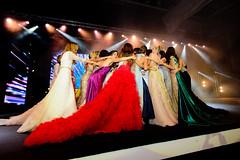 Abrazando a la ganadora / Embracing the winner (Carlos A. Castro 72) Tags: people girls misses missworld missmundo beauty bellezas chicas modelos models beautycontest concursodebelleza