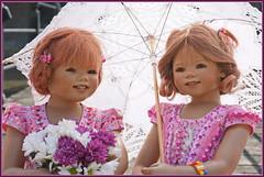 Einen Schirm für alle Fälle ... Sanrike und Anne-Moni ... (Kindergartenkinder) Tags: schlossanholt dolls himstedt annette park kindergartenkinder sommer wasserburg annemoni sanrike isselburg garten
