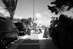 rutinas de verano (pepe amestoy) Tags: blackandwhite streetphotography people elcampello spain fujifilm xe1 voigtländer color skopar 421 vm m mount