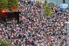 2017 ein paar der 20000 Klassikfans beim hr-Sinfoniekonzert im August (mercatormovens) Tags: hrsopenair hropenair2017 hrsinfonieorchester menschen klassik frankfurt mainufer weselerwerft