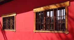luz y sombra (maggy le saux) Tags: windows ventanas fenêtres red rojo rouge wood madera cadreenbois bois light shadow shadowandlight luzysombra ombreetlumière couleurintense façade front fachada rojocolonial